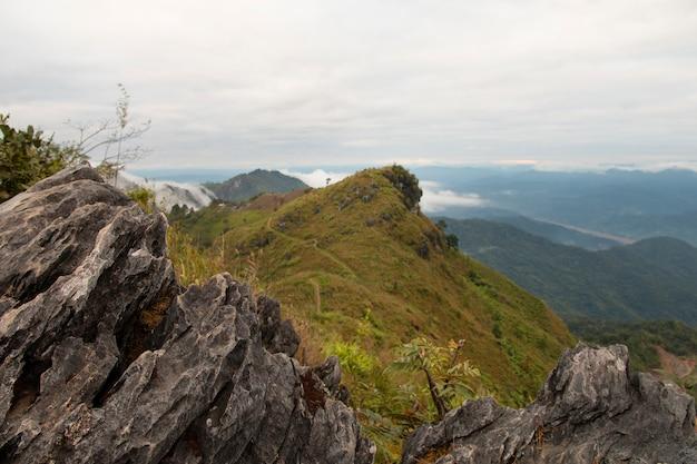 Bella scena, vista sulle montagne alla luce del giorno.
