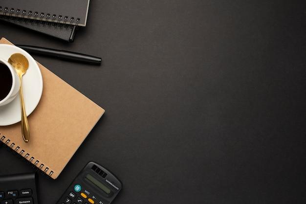 Bella scrivania da lavoro su sfondo nero
