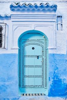 Bella serie diversificata di porte blu della città blu