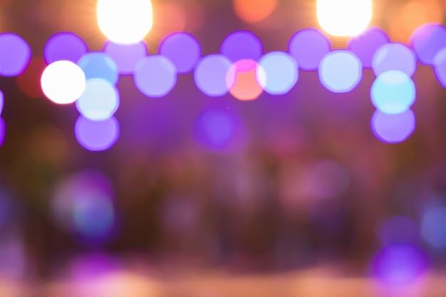 Bella sfocatura degli spettacoli teatrali di notte con una varietà di splendidi faretti.