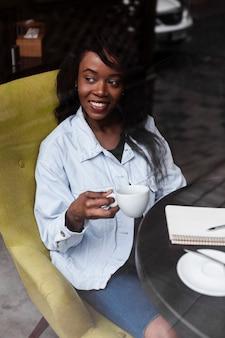 Bella signora afroamericana che osserva via