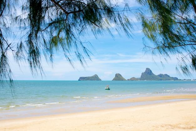 Bella spiaggia del mare del porto di prachuap khiri khan del sud della tailandia