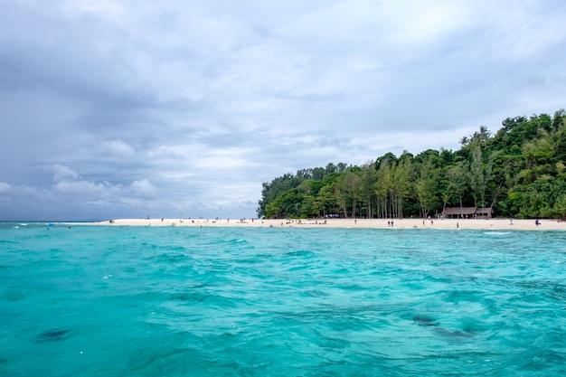 Bella spiaggia del mare nell'isola di bambù