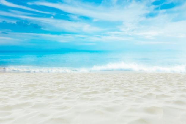 Bella spiaggia di sabbia bianca con cielo blu, destinazione da sogno estivo.