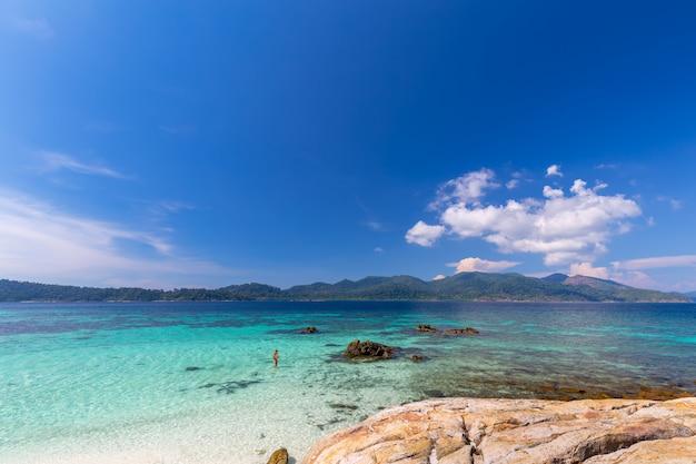 Bella spiaggia di sabbia bianca con l'albero in mare tropicale nell'isola tailandia di lipe