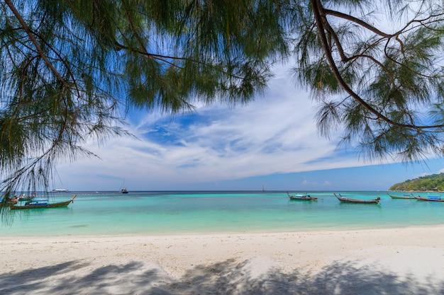 Bella spiaggia di sabbia bianca con le palme nell'isola di lipe, tailandia