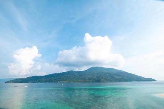 Bella spiaggia nel viaggio, nelle vacanze e nelle vacanze di concetto di ora legale. paesaggio tropicale della natura della spiaggia di paradiso all'isola di lipe in tailandia