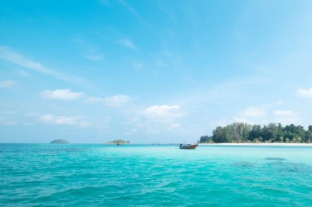 Bella spiaggia sabbiosa bianca nel viaggio, nelle feste e nelle vacanze di concetto di ora legale. isola di lipe in tailandia.