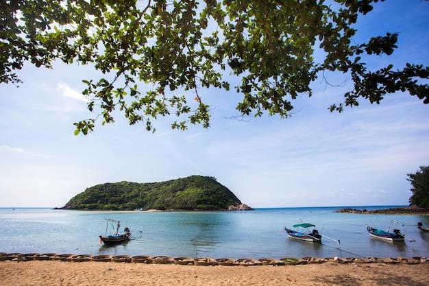 Bella spiaggia tropicale, acqua di mare blu in isola koh phangan, tailandia