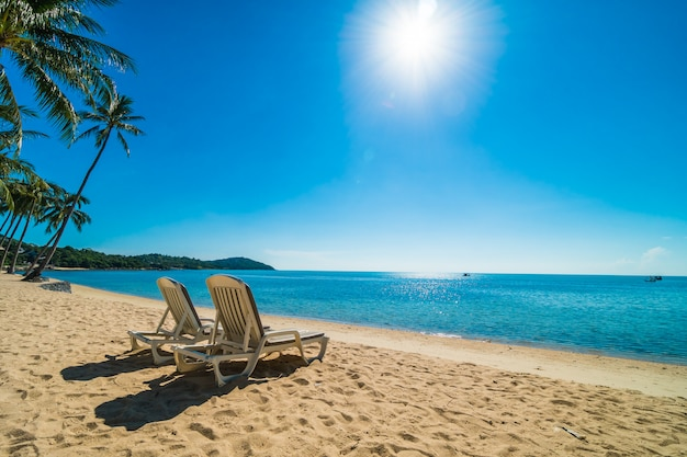 Bella spiaggia tropicale e mare con sedia su cielo blu