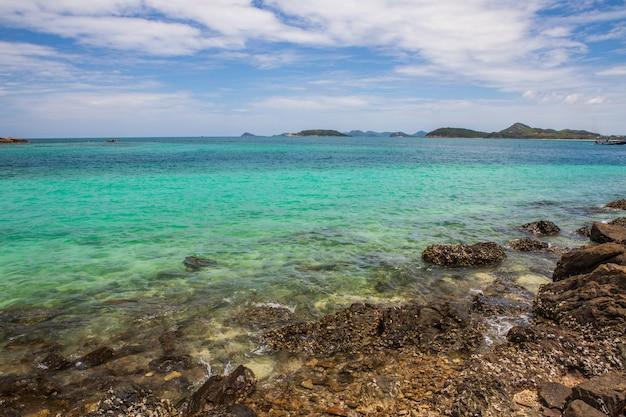 Bella spiaggia tropicale nell'isola di sameasarn, provincia di chonburi, tailandia.