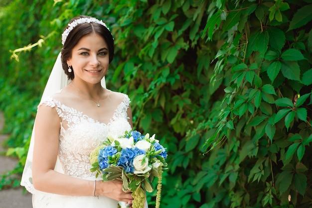 Bella sposa all'aperto in una foresta.