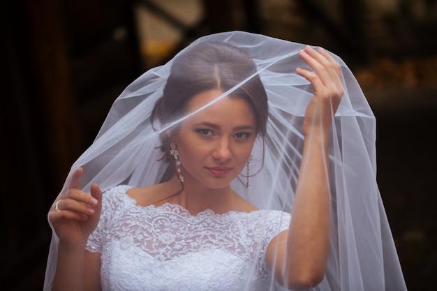 Bella sposa alla moda bionda sexy che si prepara di mattina nella stanza
