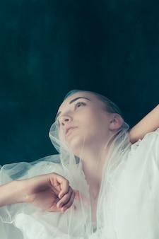 Bella sposa che osserva sopra il suo velo