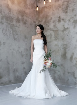 Bella sposa con abito bianco