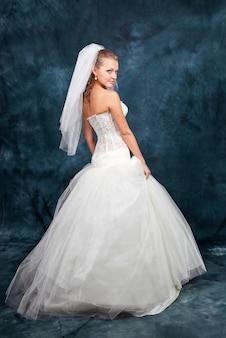 Bella sposa con acconciatura moda e trucco in studio