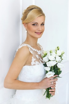 Bella sposa con bouquet