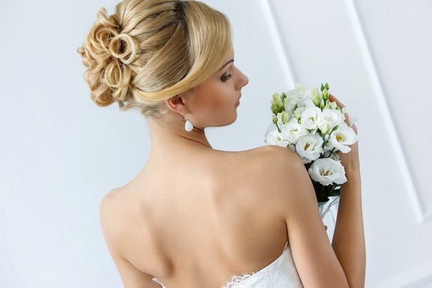 Bella sposa con bouquet