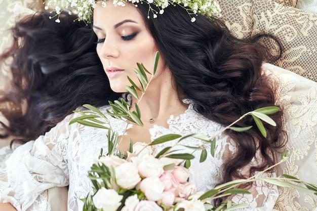 Bella sposa con ghirlanda di fiori sulla sua testa