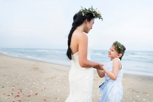 Bella sposa con la sua ragazza di fiore