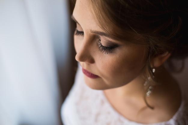 Bella sposa con lunghe ciglia