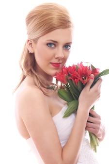 Bella sposa con tulipani rossi
