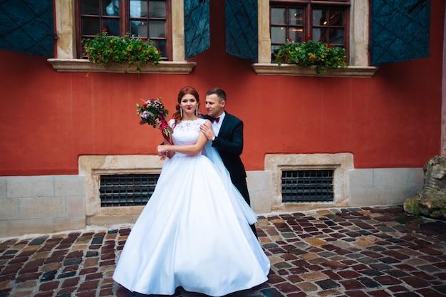 Bella sposa e lo sposo nel leone. festeggiare il giorno del loro matrimonio