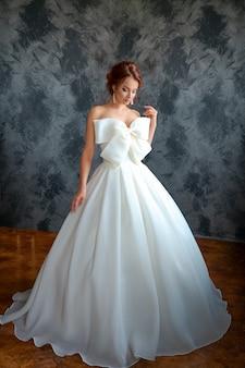 Bella sposa in abito da sposa, bel make-up e styling