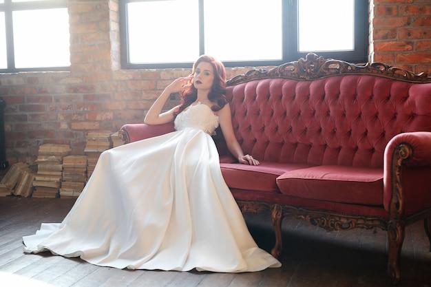 Bella sposa in abito da sposa bianco