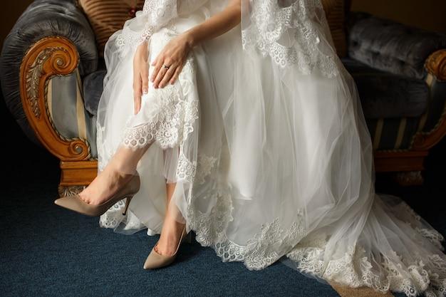 Bella sposa in abito da sposa di lusso