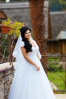 Bella sposa in abito delicato all'aperto