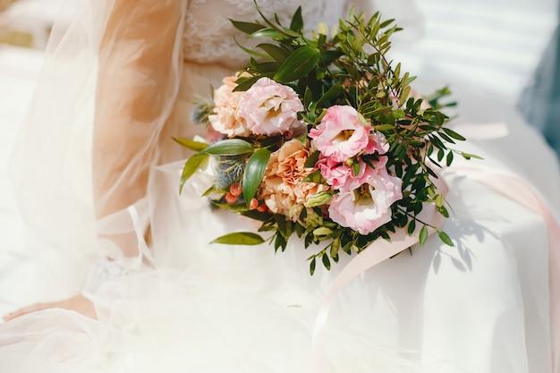 Bella sposa in un abito da sposa bianco lungo