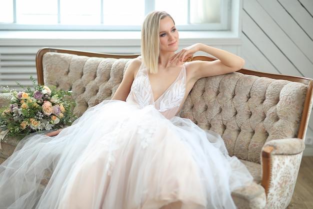 Bella sposa in un abito da sposa