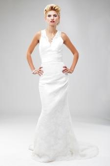 Bella sposa in un lussuoso abito da sposa