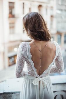 Bella sposa sportiva, dettagli di abito da sposa indietro. matrimonio mattina