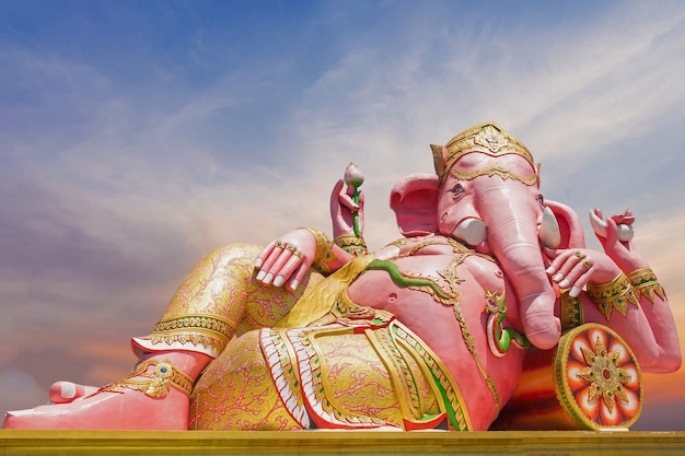 Bella statua di ganesh su cielo blu al tempio di saman del wat in prachinburi