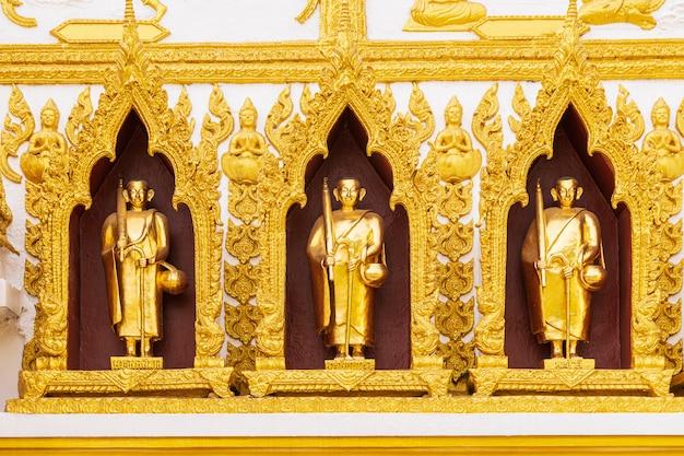 Bella statua dorata del buddha.