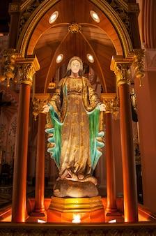 Bella statua maria in chiesa