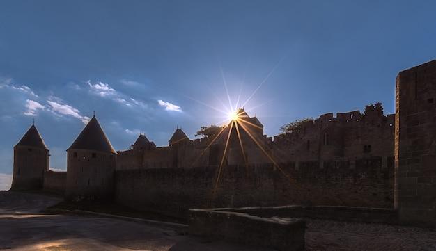Bella stella del sole sopra una torre all'ingresso della città fortificata di carcassonne