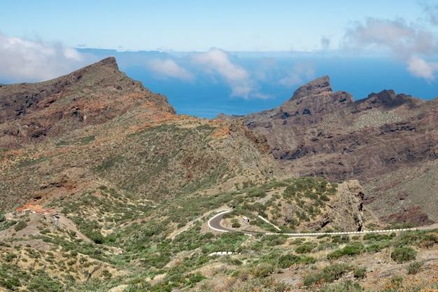 Bella strada attraverso le montagne