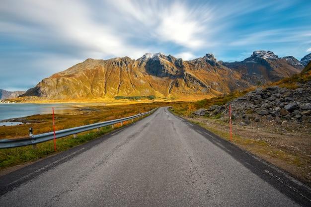 Bella strada nell'isola di lofoten con la montagna