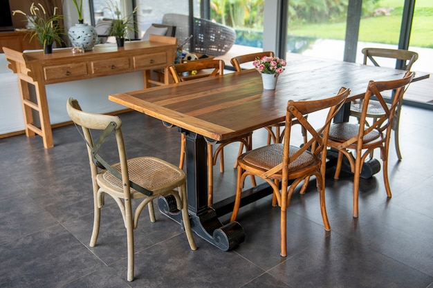 Bella tavola di legno in casa moderna
