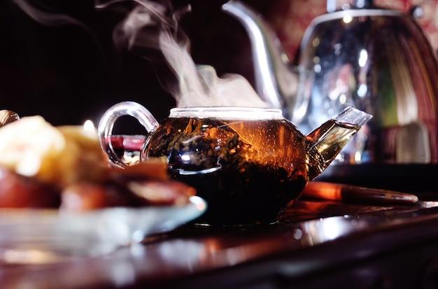 Bella teiera su un tavolo da tè. cerimonia del tè