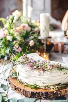Bella torta condivisa sul ricevimento di nozze