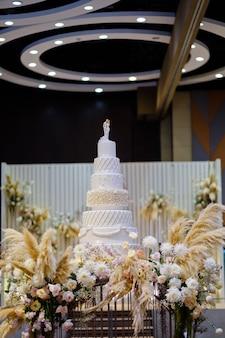Bella torta nuziale, decorazione di nozze torta bianca