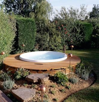 Bella vasca idromassaggio all'aperto