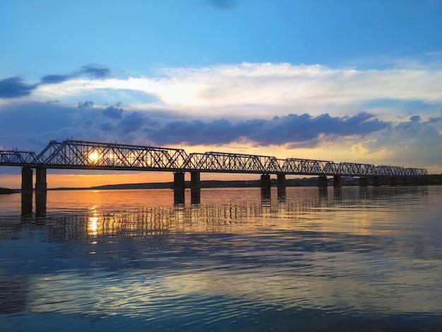 Bella vista aerea del ponte ferroviario attraverso il fiume volga al tramonto