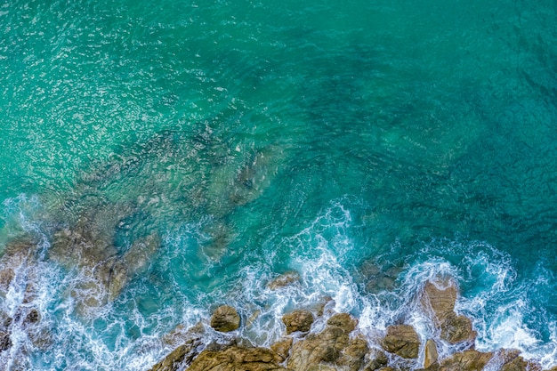 Bella vista aerea di pietra verde smeraldo dell'onda dell'oceano e del mare