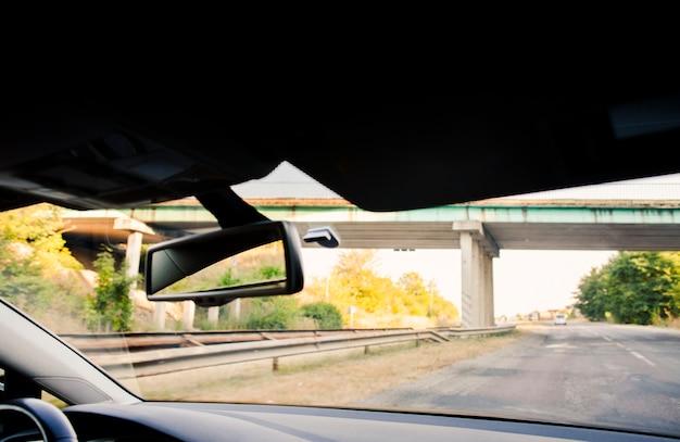 Bella vista autostrada da un interno di auto