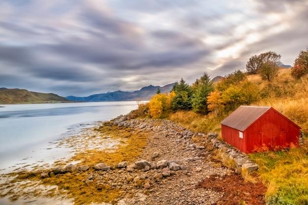 Bella vista colorata del paesaggio di reine nelle isole lofoten